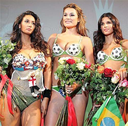 Девушки в бикини на футбольную тему.