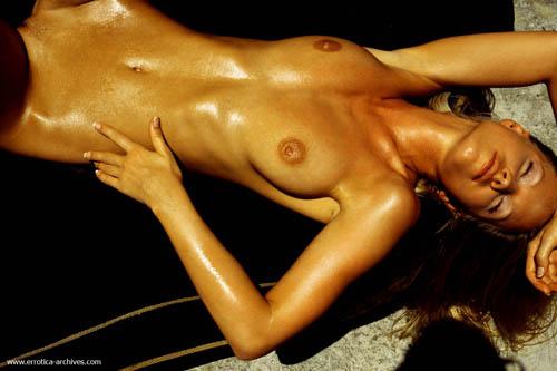 Эротика: Девушка Маркета загорает на солнышке