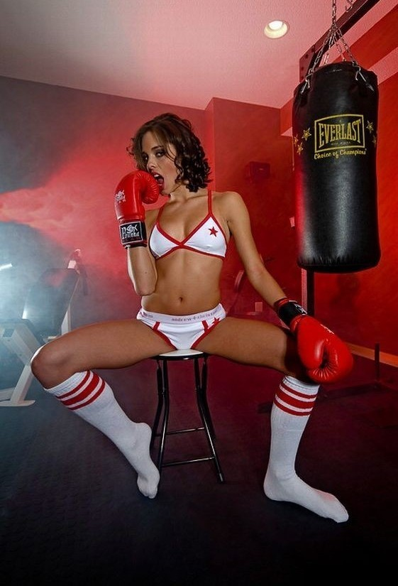 Негр боксер трахает на ринге девку