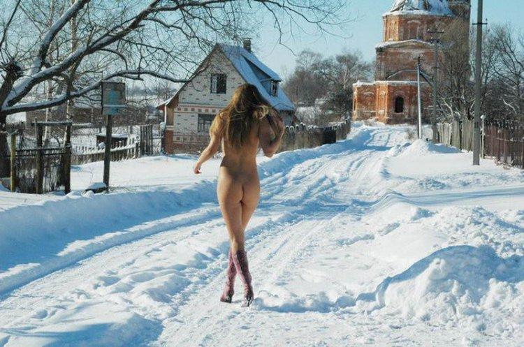 foto-golaya-v-derevne-zimoy
