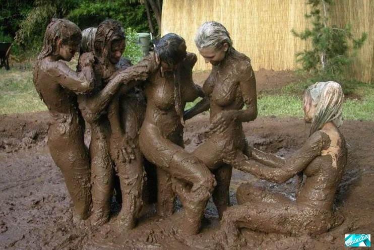 Голая девушка в грязи