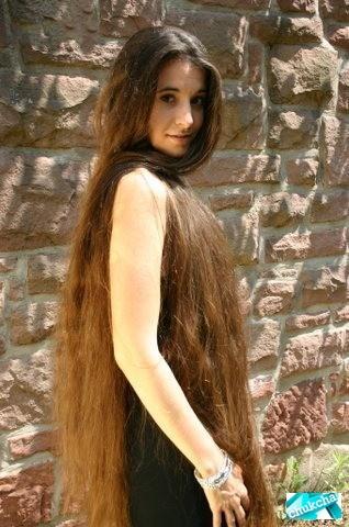 Красавица с длинными волосами