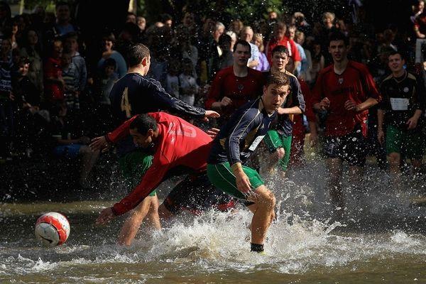 Речной футбол в Великобритании (5 фотографий) Webpark.ru